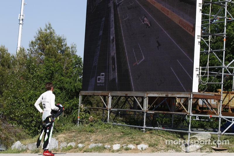 Seb Morris, Status Grand Prix, verfolgt das Geschehen auf einer Leinwand