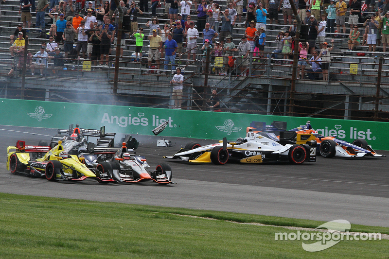 Start crash involving Helio Castroneves, Team Penske Chevrolet and Scott Dixon, Chip Ganassi Racing Chevrolet and others