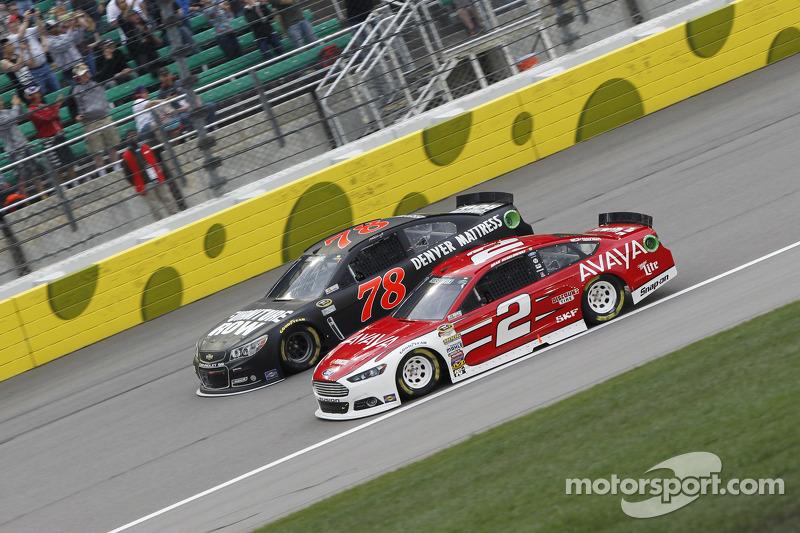 Мартін Труекс мол., Furniture Row Racing Chevrolet та Бред Кеселовскі, Team Penske Ford