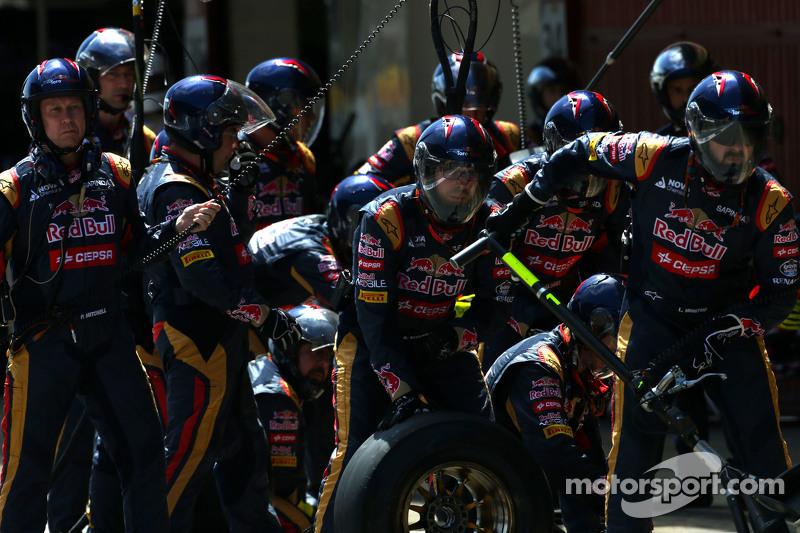 Scuderia Toro Rosso mechanics during pitstop