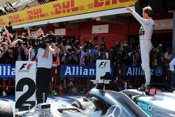 Победитель гонки - Нико Росберг, Mercedes AMG F1 W06 празднует в закрытом парке