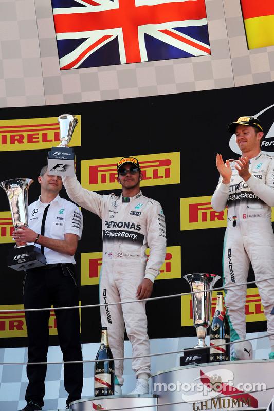 Lewis Hamilton, Mercedes AMG F1, feiert seinen zweiten Platz auf dem Podium