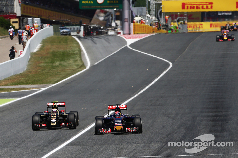 Pastor Maldonado, Lotus F1 E23 and Max Verstappen, Scuderia Toro Rosso STR10 battle for position