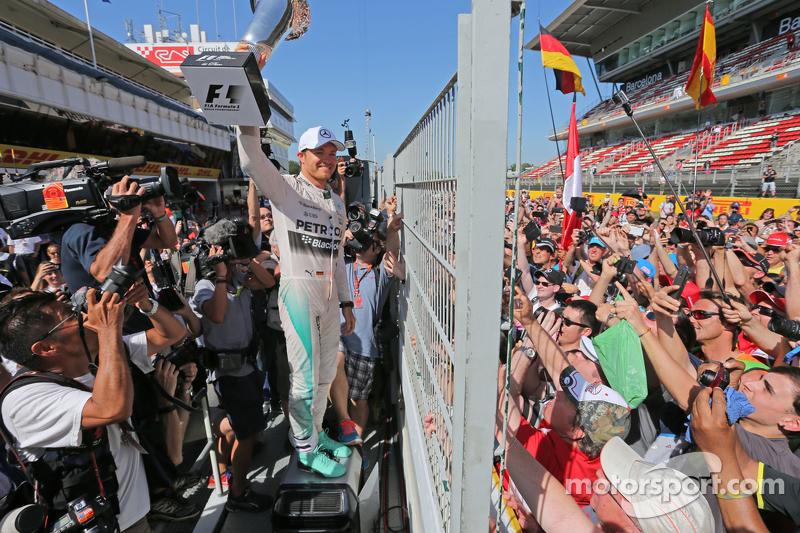 1. Nico Rosberg, Mercedes AMG F1, feiert nach dem Rennen mit den Fans