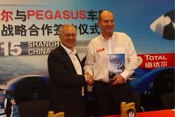 Remy Brouard, Pegasus Racing, Sportdirektor, und Patrice Devemy, Geschäftsführer Total Schmiermittel, China