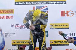 Ganador de la carrera Adam Morgan