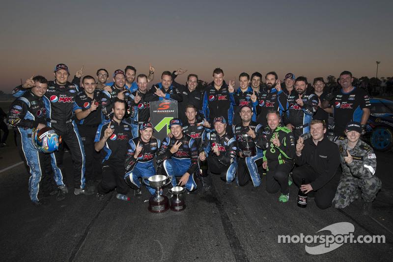 Juara balapan Mark Winterbottom, dan Chaz Mostert merayakan bersama Prodrive Racing Australia Ford team