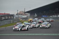 Race 1 Start: Jose Maria Lopez, Citroën C-Elysée WTCC, Citroën World Touring Car team leads
