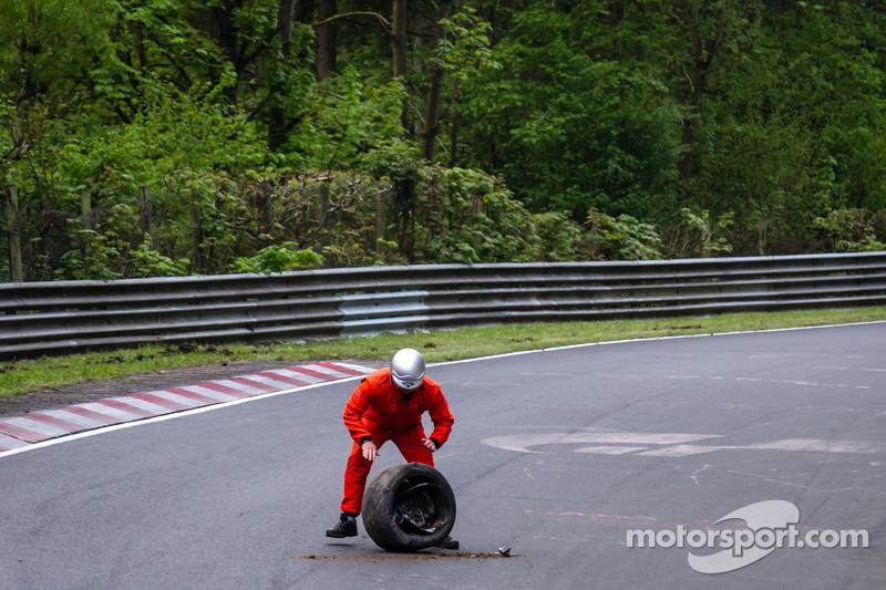 Setelah kejadian tabrakan dari #50 Aston Martin Test Centre Aston Martin GT12: Chris Harris, Shinich