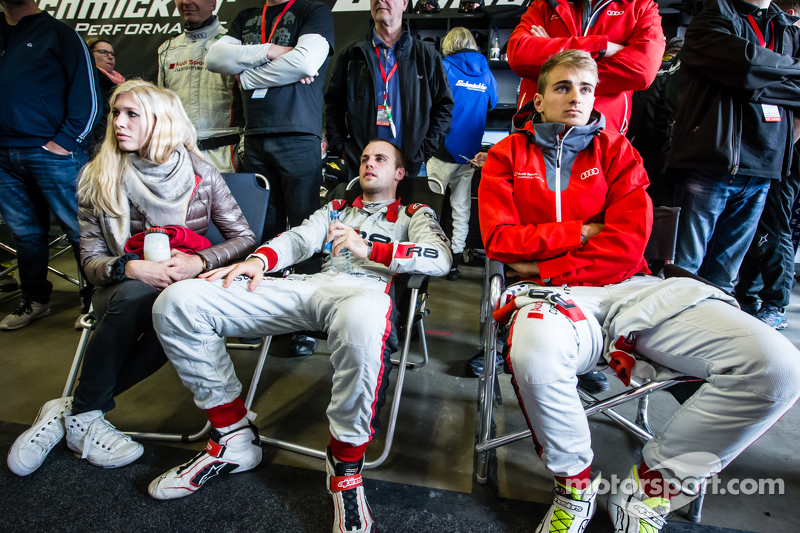 Laurens Vanthoor mit seiner Freundin Jacqueline, und Nico Müller verfolgen die letzten Minuten des Rennens