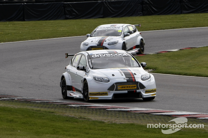 Motorbase test op Brands Hatch