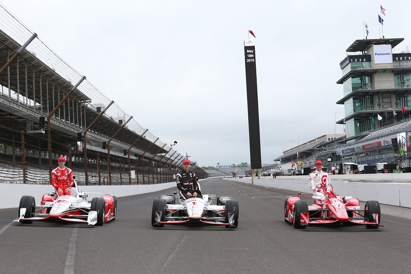 Front row photoshoot: Simon Pagenaud, Team Penske Chevrolet, Will Power, Team Penske Chevrolet and polesitter Scott Dixon, Chip Ganassi Racing Chevrolet