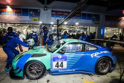 Піт-стоп для #44 Team Falken Tire Porsche 997 GT3 R: Peter Dumbreck, Вольф Хенцлер, Мартін Раггінгер, Александр Імператорі