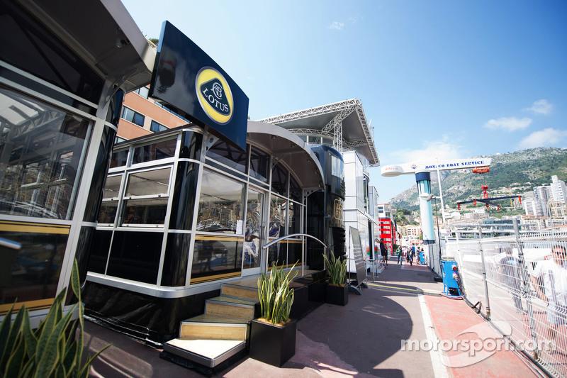 Lotus F1 Team моторхоум в паддок