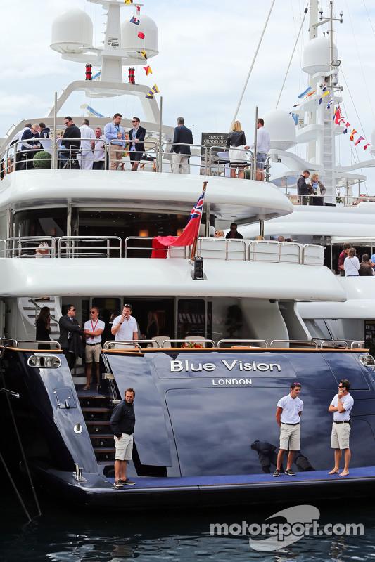 Barco panorâmico em Mônaco