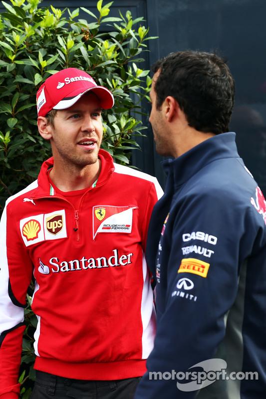 (Von links nach rechts): Sebastian Vettel, Ferrari, mit Daniel Ricciardo, Red Bull Racing
