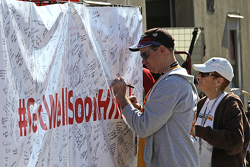 фанати sign a #GetWellHinch banner