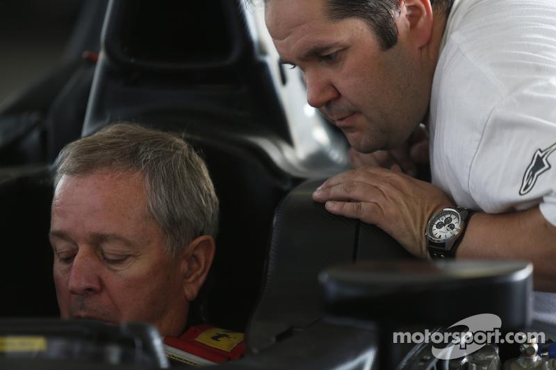 Martin Brundle bei der Sitzanpassung für eine Demonstrationsfahrt in einem GP2-Auto mit 18-Zoll-Reif