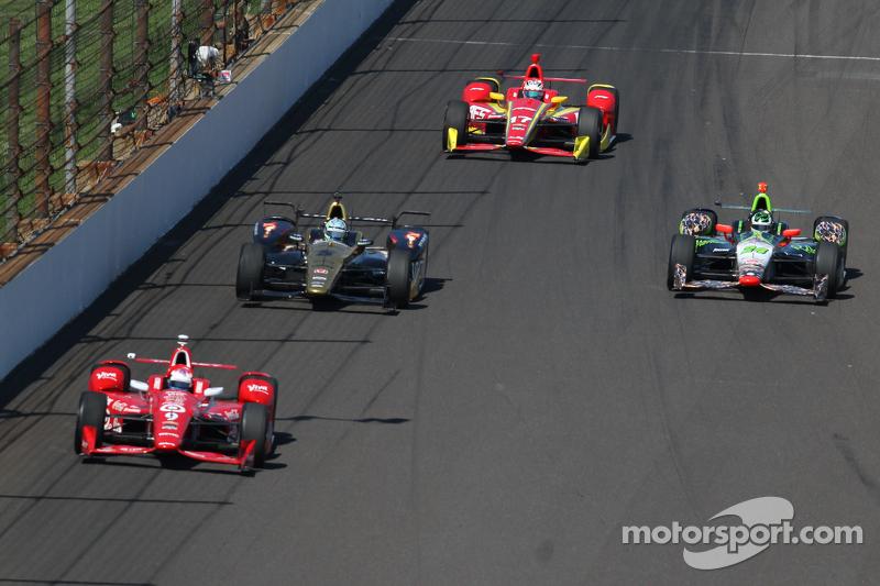 Scott Dixon, Chip Ganassi Racing Chevrolet and Ryan Briscoe, Schmidt Peterson Motorsports Honda, Tow