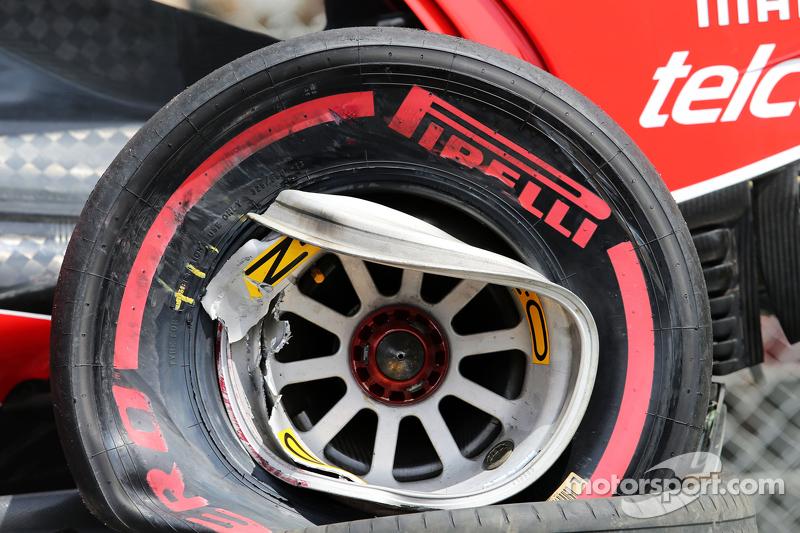 Kerusakan roda di mobil Ferrari SF15-T dari Kimi Raikkonen, Ferrari setelah dia kecelakaan dalam ses