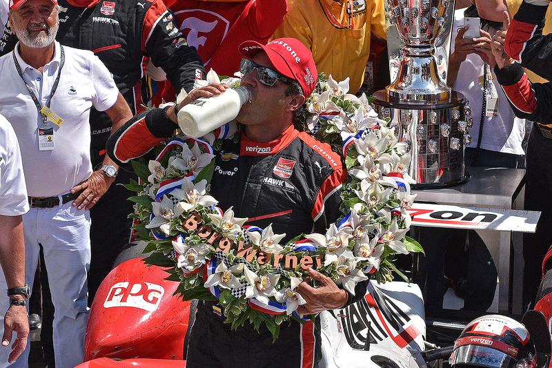 1. Juan Pablo Montoya, Team Penske, Chevrolet, trinkt die Milch