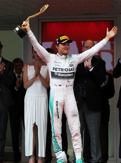 Переможець Ніко Росберг, Mercedes AMG F1 святкує на подіумі