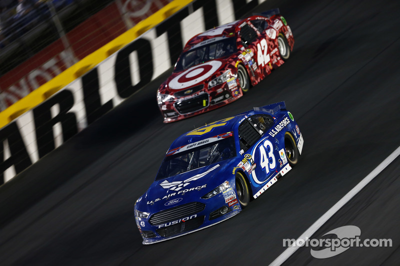 Aric Almirola, Richard Petty Motorsports Ford dan Kyle Larson, Chip Ganassi Racing Chevrolet