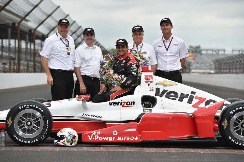 Juara balapan Juan Pablo Montoya, Team Penske Chevrolet during the winner's photoshoot