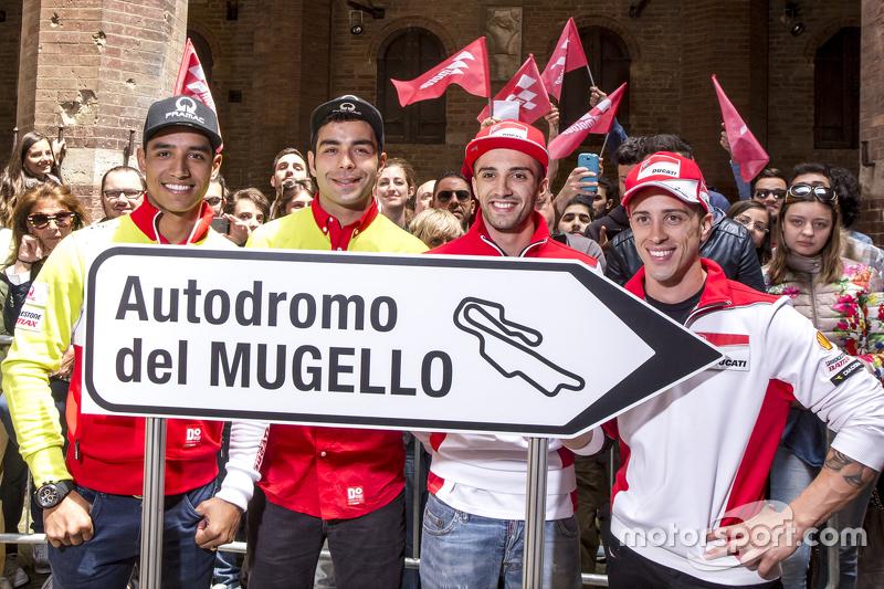 Yonny Hernández y Danilo Petrucci, Pramac Racing Ducatis y Andrea Iannonen y Andrea Dovizioso, Ducati Team en Piazza del Campo, Siena