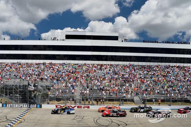 Start: Darrell Wallace Jr., Roush Fenway Racing Ford memimpin