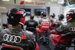 Mechaniker von Audi Sport verfolgen die Rennaction