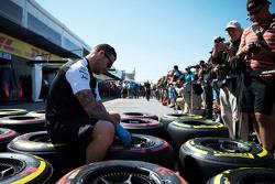 Механик McLaren работает с шинами Pirelli