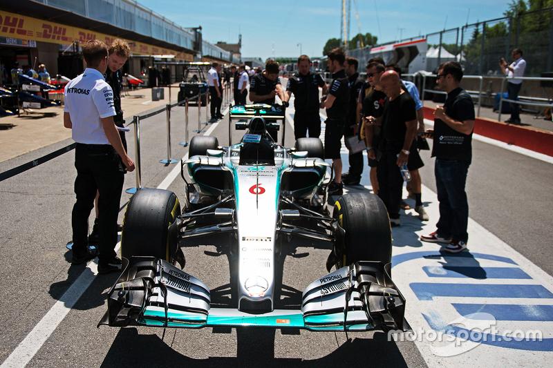Mercedes AMG F1 W06 de Nico Rosberg, de Mercedes AMG F1 en los pits