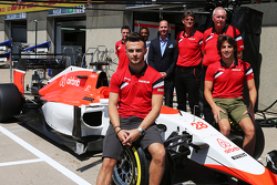 Will Stevens, Manor F1 Team, e Roberto Merhi, Manor F1 Team; Graeme Lowdon, Amministratore delegato del Manor F1 Team, e John Booth, Team Principal Manor F1 Team, mentre il team presenta lo sponsor Airbnb