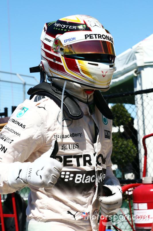 Lewis Hamilton, Mercedes AMG F1, feiert seine Pole-Position im Parc Fermé