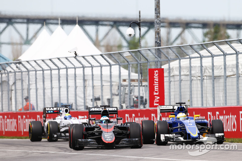 Fernando Alonso, McLaren MP4-30 and Marcus Ericsson, Sauber C34 battle for position