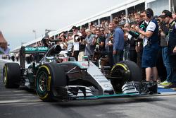 Racewinnaar Lewis Hamilton, Mercedes AMG F1 W06, komt binnen in parc ferme