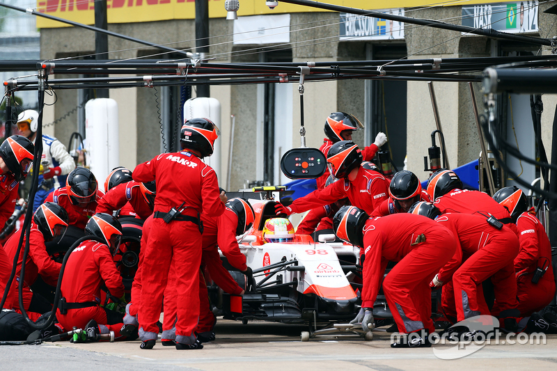 Roberto Merhi, Manor Marussia F1 Team makes a pit stop
