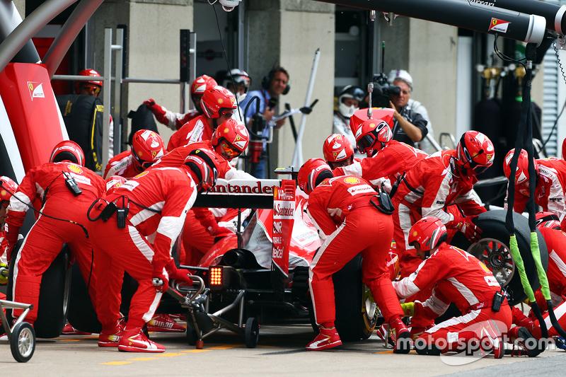 Kimi Räikkönen, Ferrari SF15-T, beim Boxenstopp