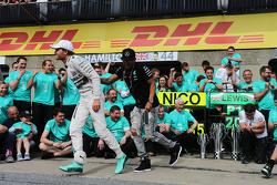 El ganador, Lewis Hamilton, Mercedes AMG F1 celebra con su compañero, Nico Rosberg, Mercedes AMG F1 y su equipo