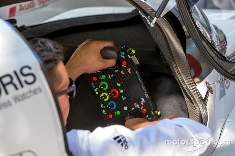 #9 Audi Sport Team Joest Audi R18 e-tron quattro кермо