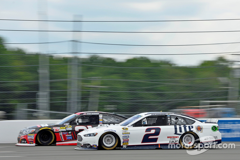 Brad Keselowski, Team Penske Ford y Ryan Newman, Richard Childress Racing Chevrolet