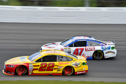 Joey Logano, Team Penske Ford y A.J. Allmendinger, JTG Daugherty Racing Chevrolet