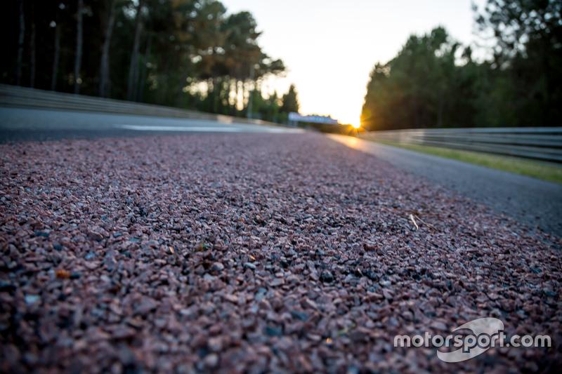 Neuer Asphalt am Rand der Strecke zwischen den Kurven Mulsanne und Porsche