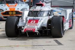 Trouble for the #8 Audi Sport Team Joest Audi R18 e-tron quattro: Lucas di Grassi, Loic Duval, Oliver Jarvis