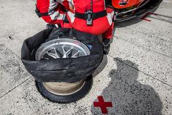 #55 AF Corse Ferrari 458 GTE: Данкан Кэмерон, Мэтт Гриффин, Алекс Мортимер на пит-стопе из-за проблем с шинами