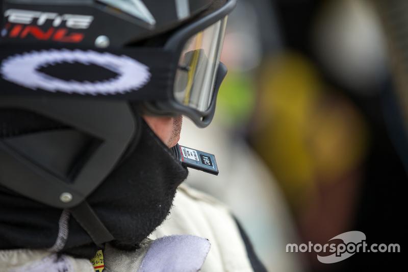Corvette Racing, Boxencrew bei der Vorbereitung zum Austausch des Datenrekorders