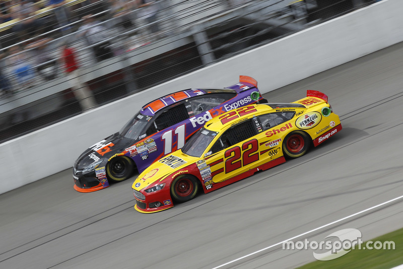 Denny Hamlin, Joe Gibbs Racing, Toyota, und Joey Logano, Team Penske, Ford