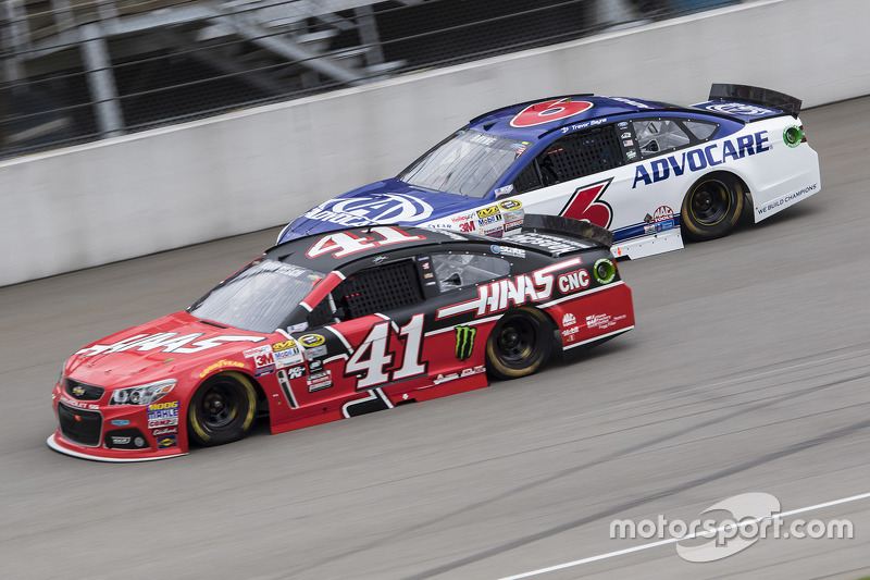Kurt Busch, Stewart-Haas Racing, Chevrolet, und Trevor Bayne, Roush Fenway Racing, Ford