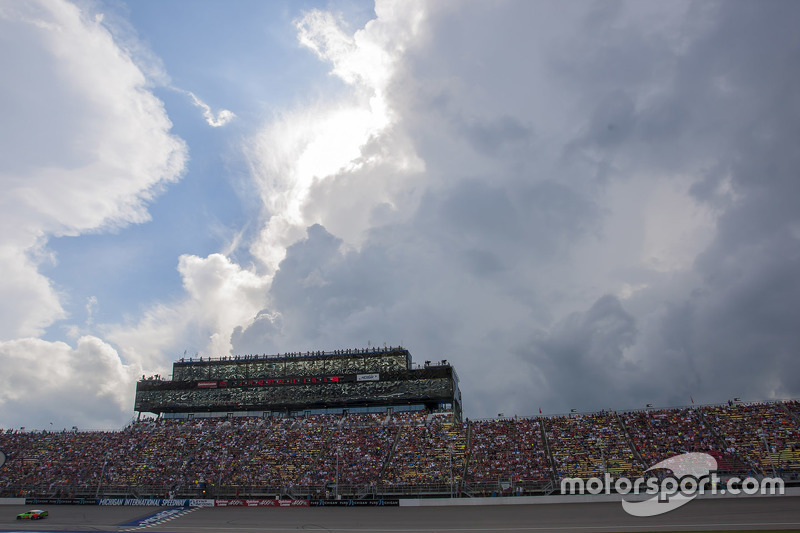 Michigan International Speedway press та suites box з weather approaching